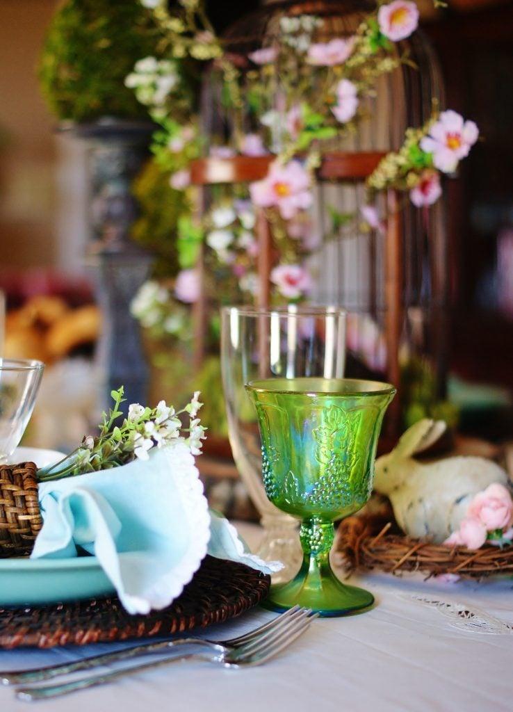 مصدر إلهام لطاولة عيد الفصح في الغابة.