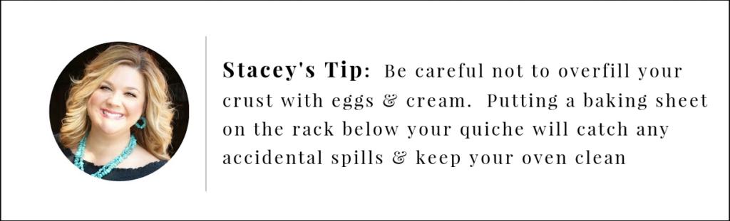 نصيحة ستايسي.  لا تملأ القشرة بالبيض والقشدة.  ضع ورقة خبز على الرف أدناه أثناء الخبز لالتقاط الانسكابات والحفاظ على نظافة الفرن.