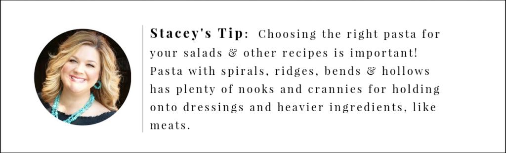 Stacey's Tip ، اختر المعكرونة مثل Rotini أو تلك التي تحتوي على نتوءات أو كشكش أو منحنيات أو مجوفة لسلطات المعكرونة الخاصة بك.