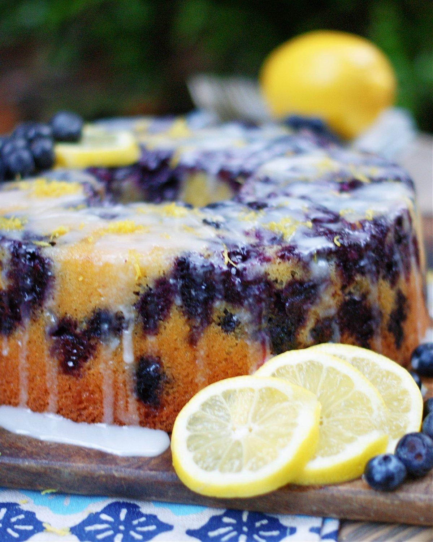 كعكة بلوبيري ليمون باوند مع صقيل ليمون وليمون مقبلات