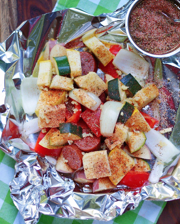 كيفية صنع أكياس الخضار النقانق لعشاء سهل